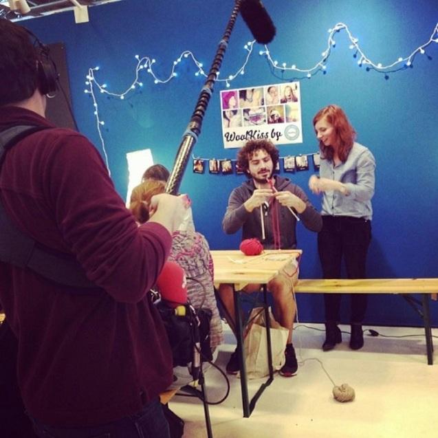 Valentine du blog Lucette et Suzetten se prête au jeu d'apprendre à tricoter à Maxime Murat