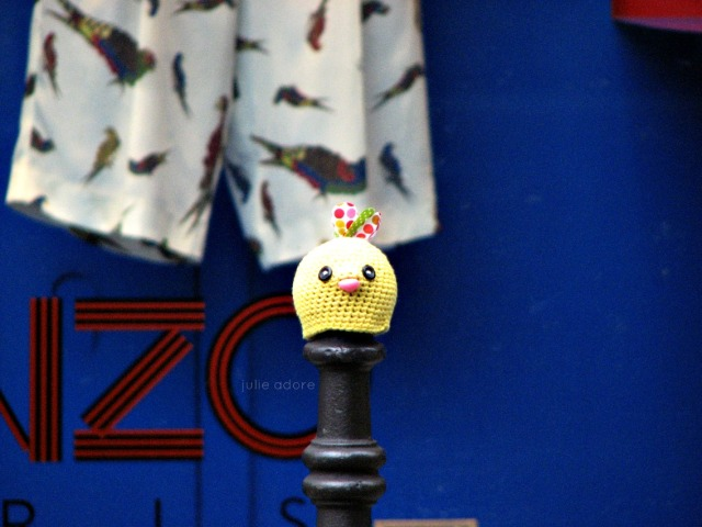 julie adore yarn bombing paris kenzo crochet jaune oiseau