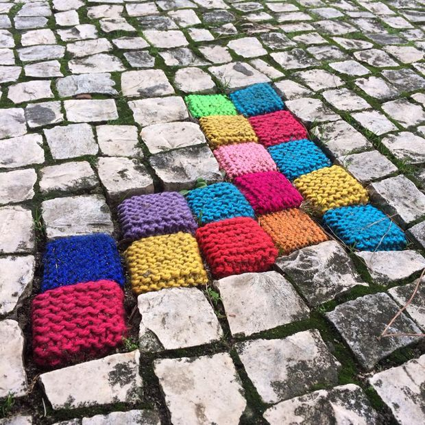 Knitting In Art : Yarnbombing le de woolkiss by laure