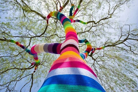 yarn-bombing-tree-guerilla-knitting-yarnstorming-graffiti-knitting_rect540[1]